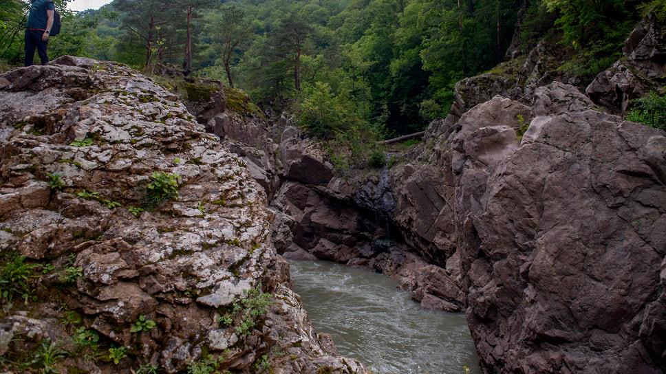 В ущелье реки Белой можно попасть по тропинке из поселка. Тут можно увидеть дикую природу, не тронутую человеком. В само ущелье можно добраться и при помощи сплава