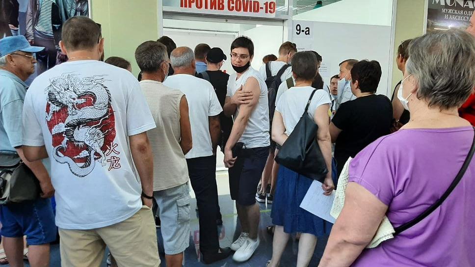 ТЦ GoogZone, ул. Героев Десантников, 2а, 10.30.  Пункт работает с 10 утра, но люди приходят до открытия, так как волнуются, что не хватит вакцины
