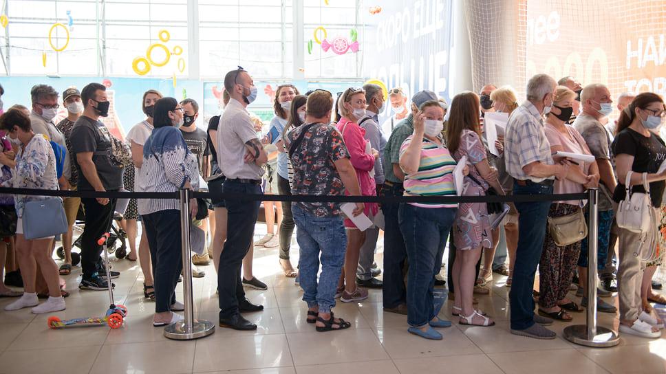 Краснодар, ТРЦ СБС-Мегамолл, 30 июня, 10:20. Очередь на осмотр врача-терапевта перед вакцинацией