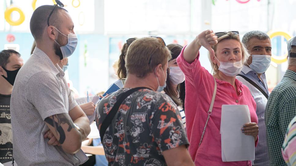 Краснодар, ТРЦ СБС-Мегамолл, 30 июня, 10:20. Некоторые посетители выражают свое мнение о длине очередей