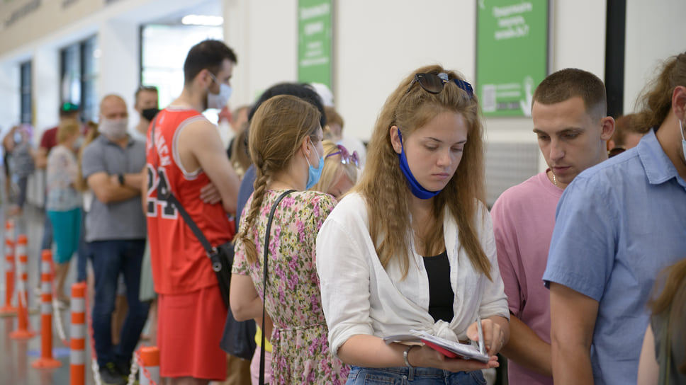 Краснодар, Леруа Мерлен (Покрышкина, 5), 30 июня, 12:30. В мобильных пунктах вакцинации большинство жителей – молодые люди и люди среднего возраста. Пожилых людей значительно меньше