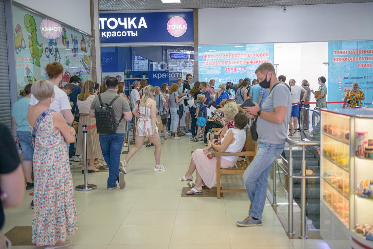 Краснодар, ТЦ «Красная Площадь». 30 июня, 13:00. В комплексе работают 2 пункта. К этому времени привились около 180 человек. В очереди еще 70-80 человек