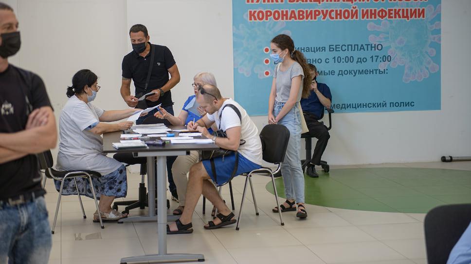 Краснодар, ТЦ «Красная Площадь». 30 июня, 13:00. Медицинские работники консультируют людей по заполнению форм