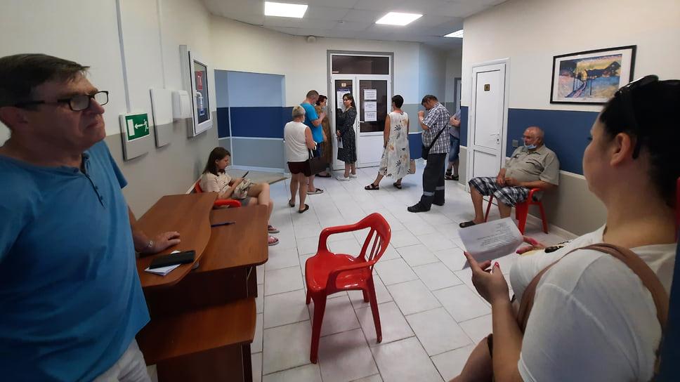 Геленджик, ТЦ на ул. Керченская, 3. 1 июля, 10:20. Мобильный пункт работает с 10:00. В очереди жалуются на духоту и медленный прием. За 20 минут вакцинировались два человека