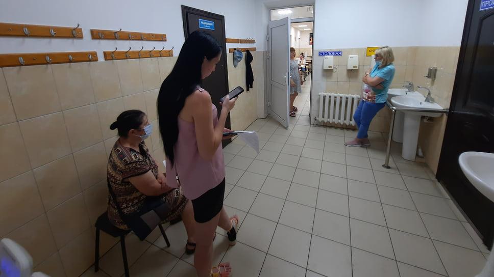 Геленджик, Первомайская, 4. 1 июля, 10:25. Очередь на вакцинацию в новом мобильном пункте. Прививочный пункт работает второй день, в коридоре всего несколько человек, работает сплит-система
