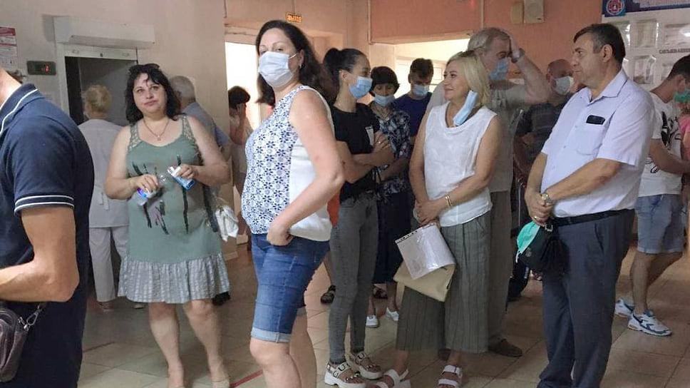 Новороссийск. Городская поликлиника №5, 29 июня.  В прививочном пункте две очереди: одна на осмотр, вторая - на вакцинацию. Первую пациенты проходили в течение 20 минут, во второй приходилось стоять три часа