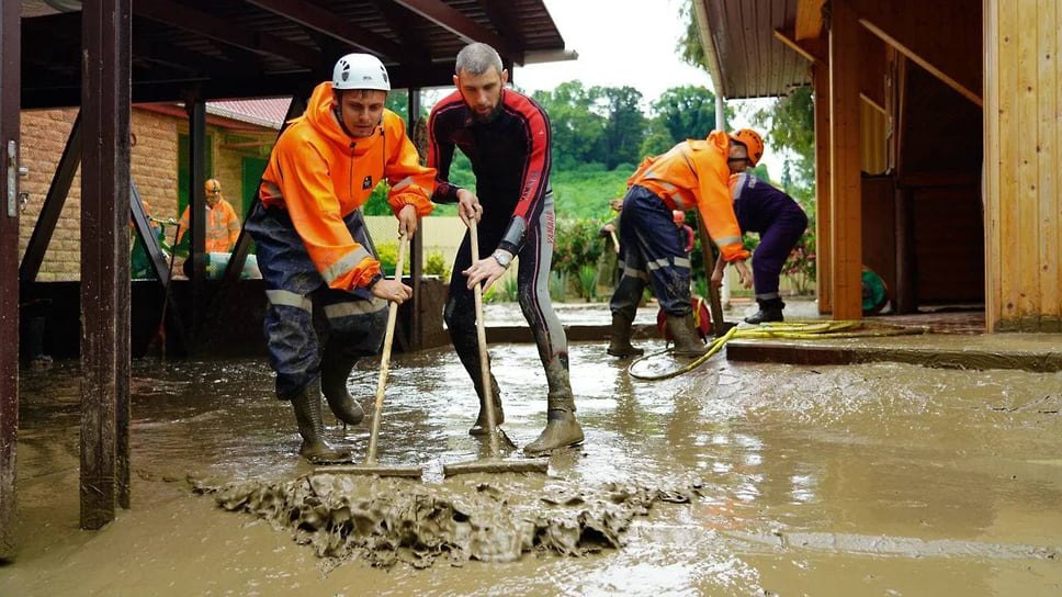 5 июля, Сочи.  Спасатели помогают жителям приводить дома в порядок