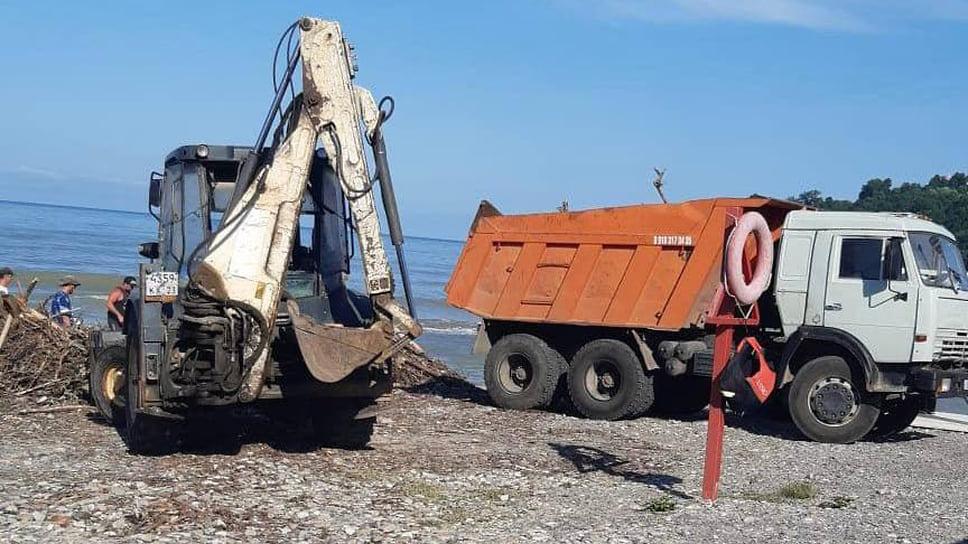 Завершается вывоз мусора на нескольких наиболее пострадавших пляжных территориях, которые расположены рядом с реками