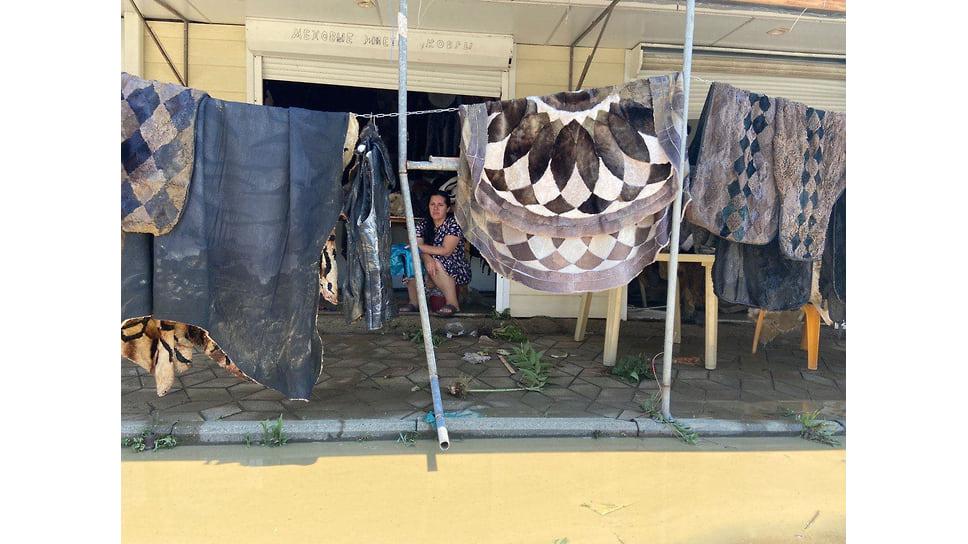 Лермонтово, 6 июля. Владельцы и арендаторы торговых палаток пытаются спасти свои товары