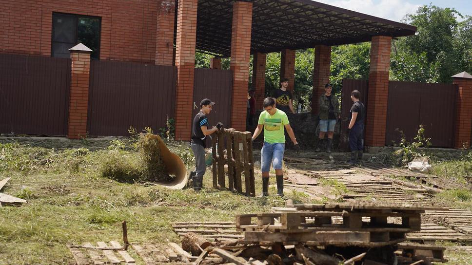 Станица Пятигорская,  8 июля. Волонтеры помогают пострадавшим расчищать подтопленные территории и дома, помогают с заявками на необходимые продукты и бытовые вещи