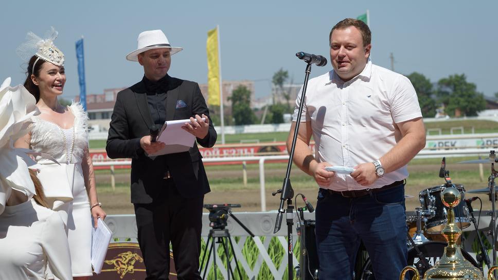 Участников соревнований и зрителей приветствует замминистра сельского хозяйства Краснодарского края Владимир Сухомлинов