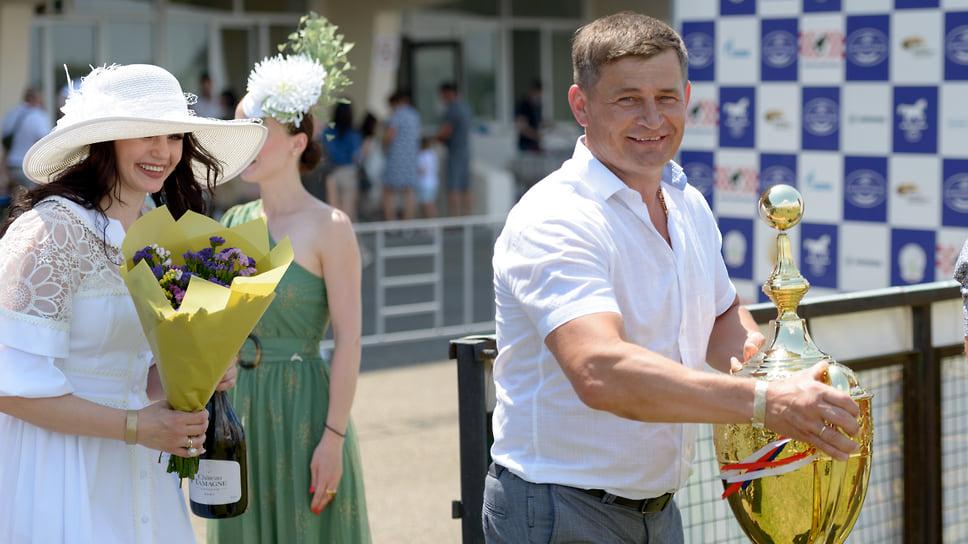 Призовой фонд Большого приза Дерби составил 1 млн 720 тысяч рублей. На дистанции 2400 м соревновались 12лошадей 3 лет
