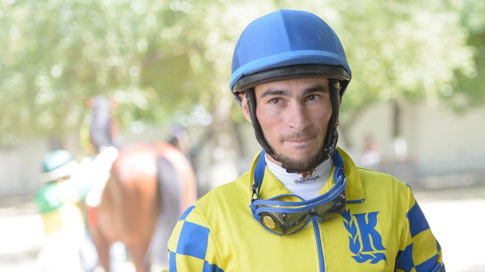 Жокей — профессиональный всадник, который управляет лошадью на скачках