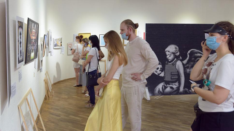 Понять, кто такой Бэнкси на самом деле – помогает мультимедийный контент выставки, позволяющий погрузиться в атмосферу творческой мастерской художника