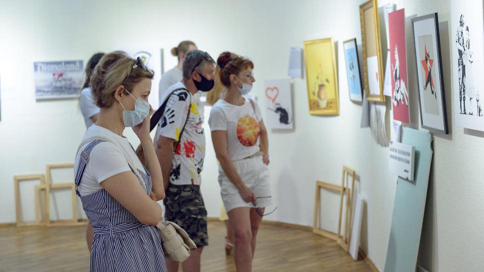 Когда, по сообщениям BBC, в 2011 году один из уличных рисунков Бэнкси замазали после смены владельца здания, горожане посчитали произошедшее актом вандализма (на стене была изображена горилла в розовой маске)