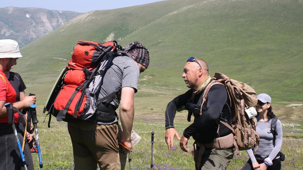 Госинспектор проверяет наличие пропусков у туристов