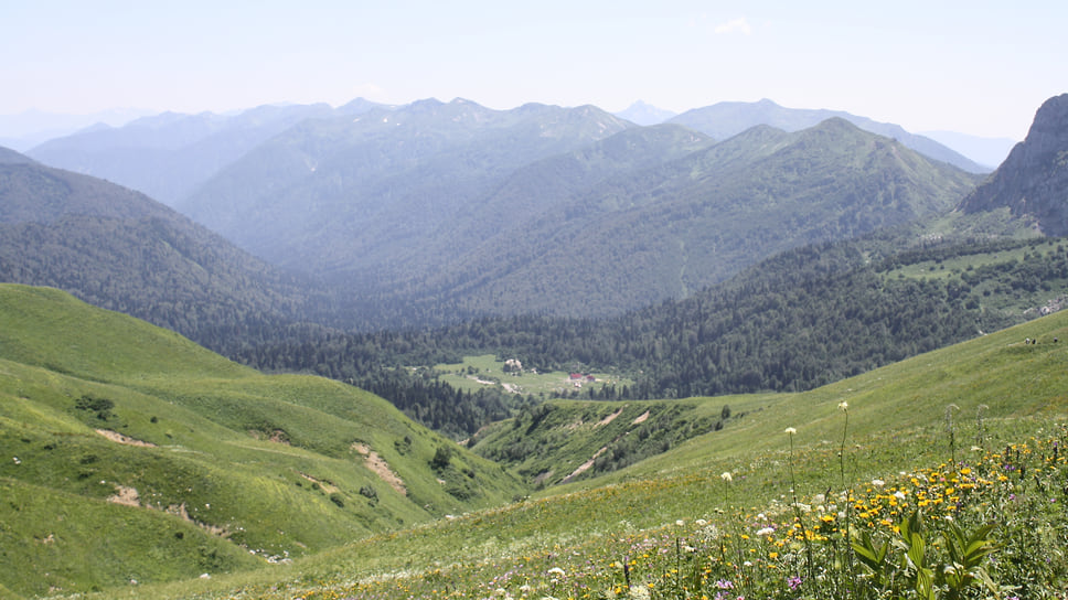 Вид на приют Фишт с Фишт-Оштеновского перевала
