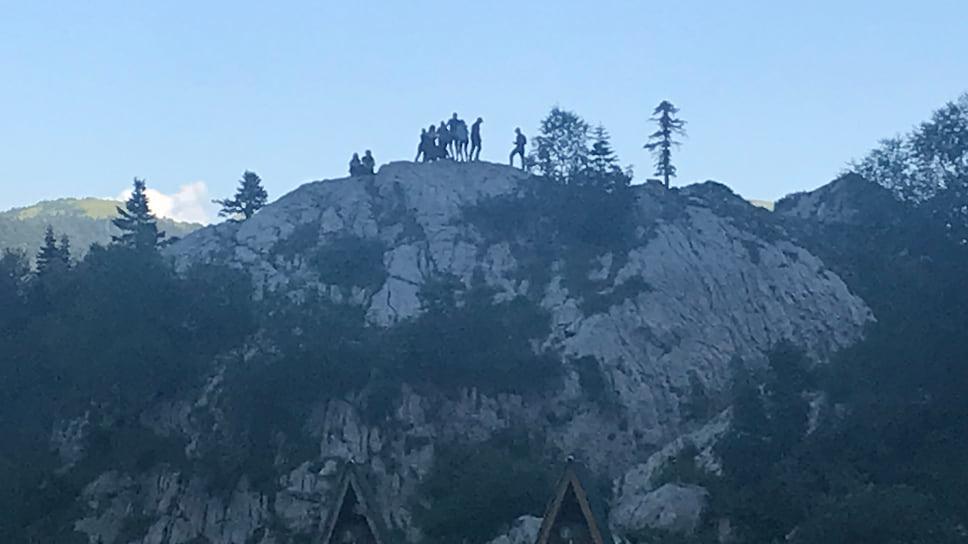 Туристы фотографируются на Фиштенке — так называется большой камень, который находится недалеко подножия горы Фишт