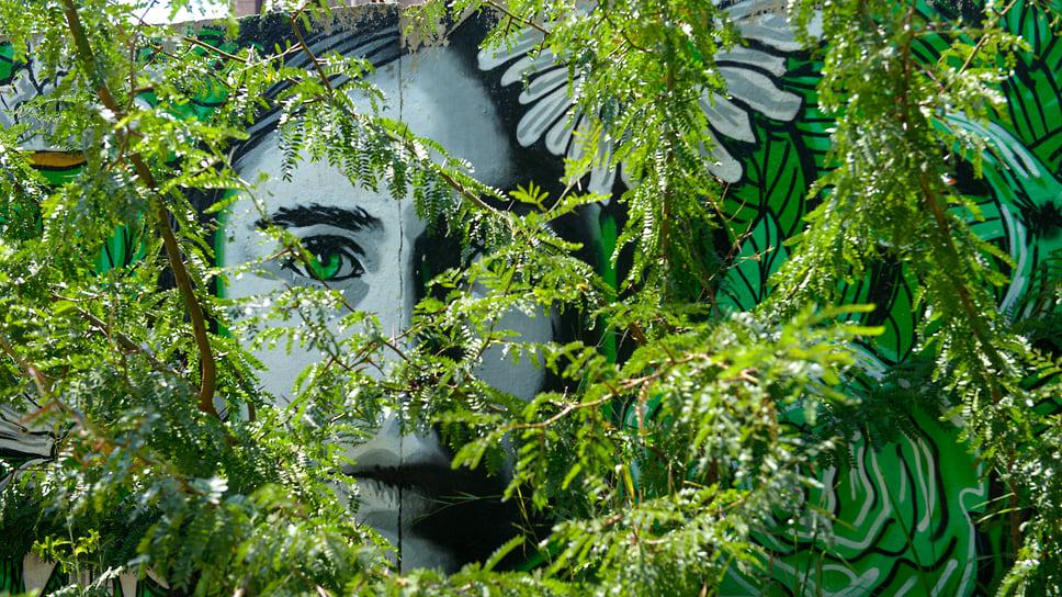 Ул. Восточно-Кругликовская, 40. На этом бетонном заборе большое количество работ в цикле «Земля в твоих руках»