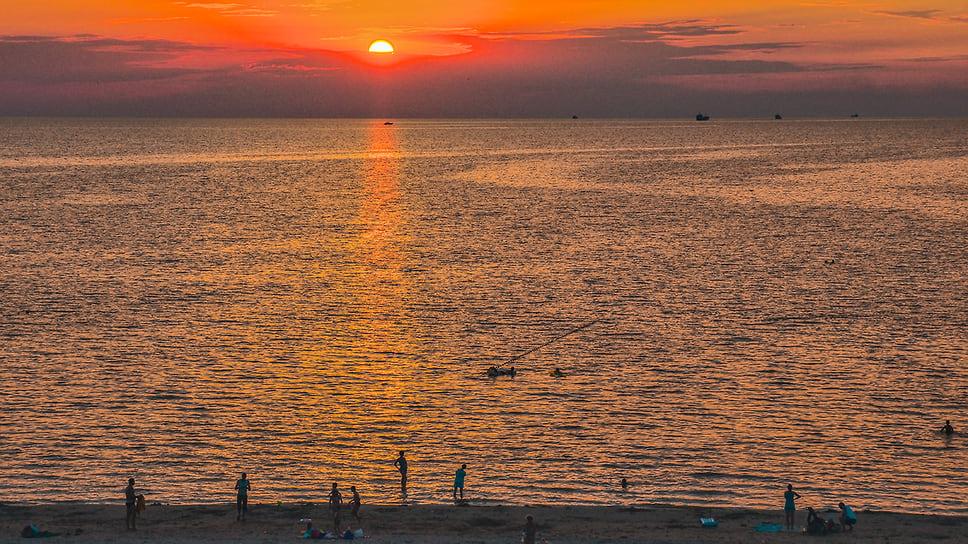 Закат солнца в Таганрогском заливе, город-курорт Ейск, побережье Азовского моря. Июль 2014 года