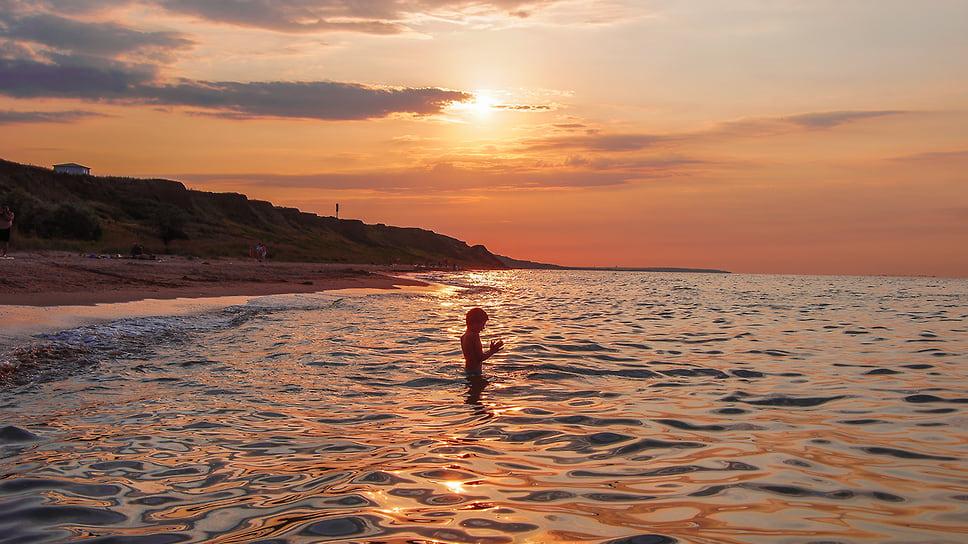 Закат солнца на Азовском море. Краснодарский край, Темрюкский район, берег моря поселке Пересыпь. Август 2011 года