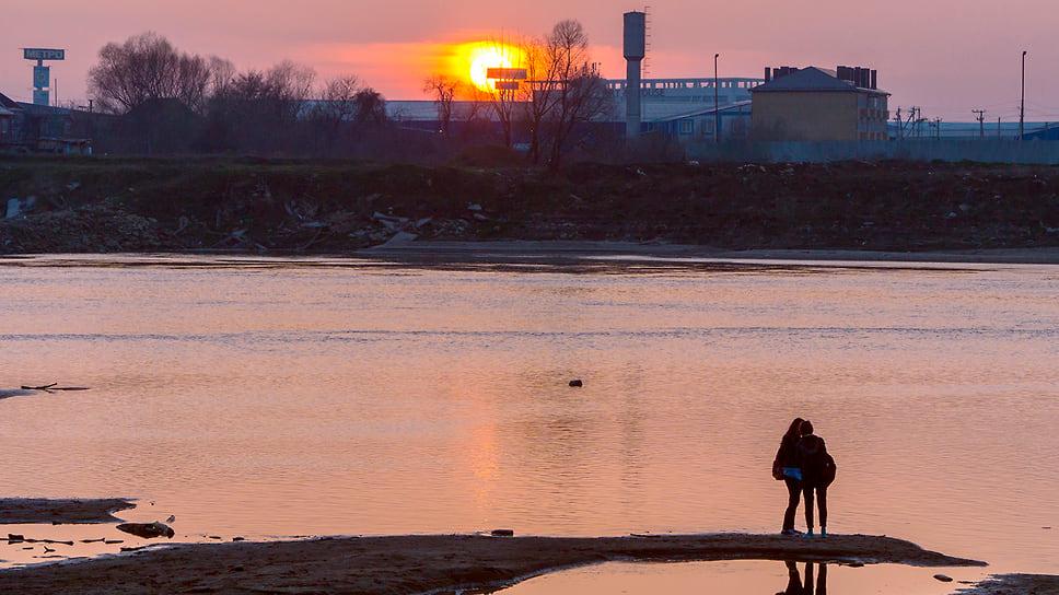 Закат солнца на берегу реки Кубань. Март 2016 года