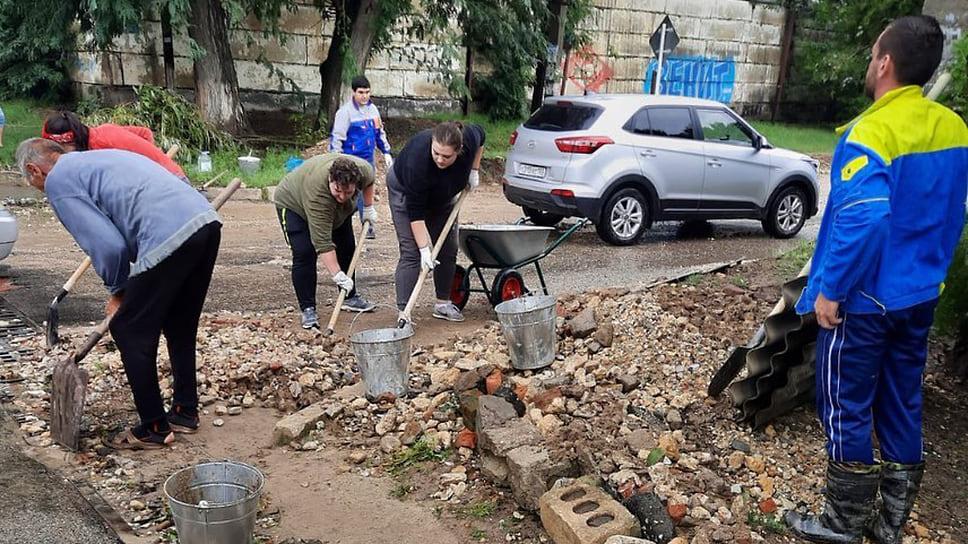 Август 2021 г. Волонтеры принимают участие в ликвидации последствий наводнения в Темрюке