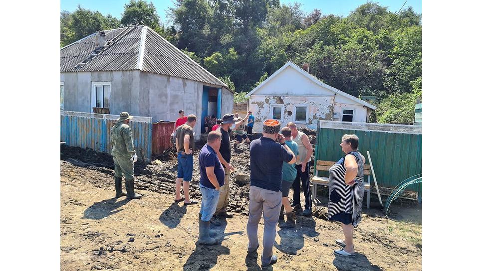 Август 2021 г. Жителям Первомайского сельского округа Анапы помогают очистить дома и участки от подтопления