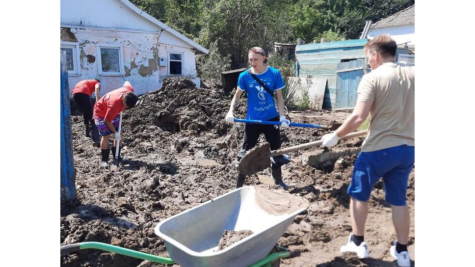 Август 2021 г. Дворовые территории и домовладения в Анапском районе очищают от ила и грязи волонтеры