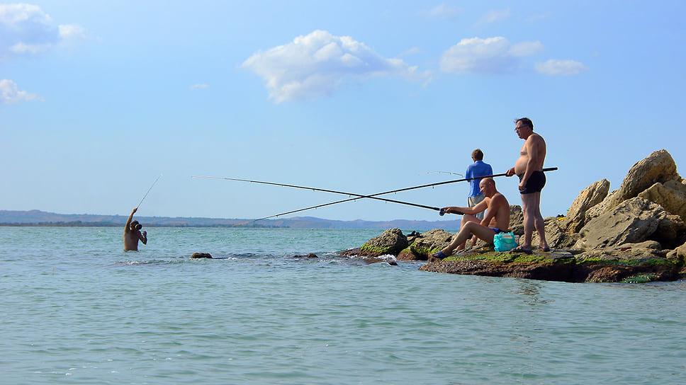 Рыболовы на самой крайней точке косы Тузла, Краснодарский край, Темрюкский район. Август 2011 года