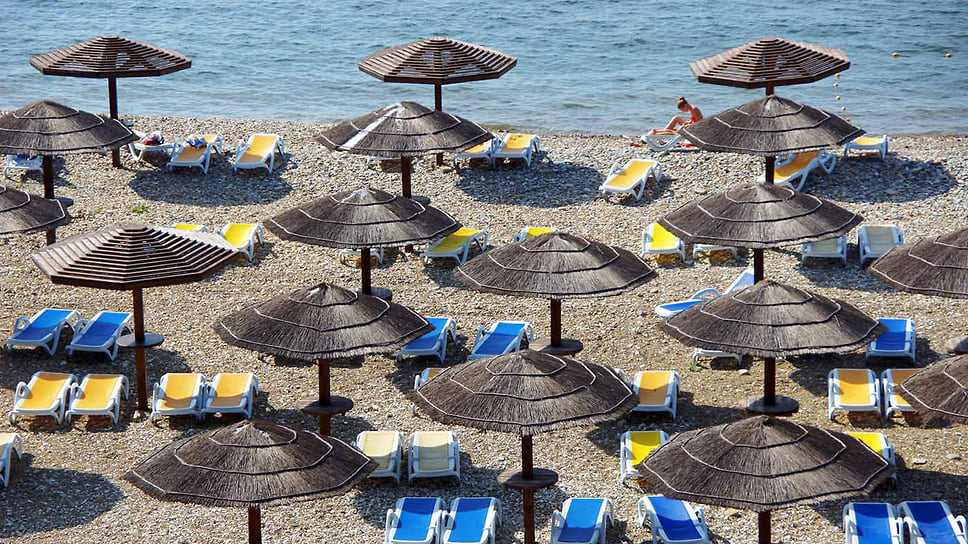 Пляж Золотая бухта на берегу Черного моря. Краснодарский край, город-курорт Анапа. Июнь 2014 года