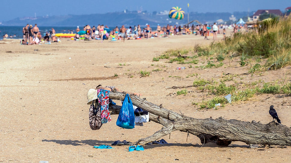 Импровизированная раздевалка на пляже Азовского моря. Краснодарский край, Темрюкский район, поселок Пересыпь. Август 2016 года