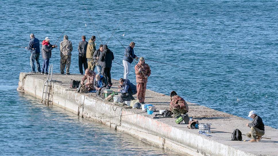 Рыболовы на пирсе в пос. Кабардинка. Ноябрь 2018 года