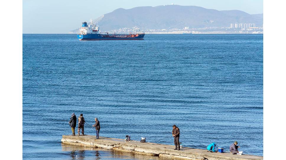 Штиль и судно на рейде в пос. Кабардинка. Ноябрь 2018 года