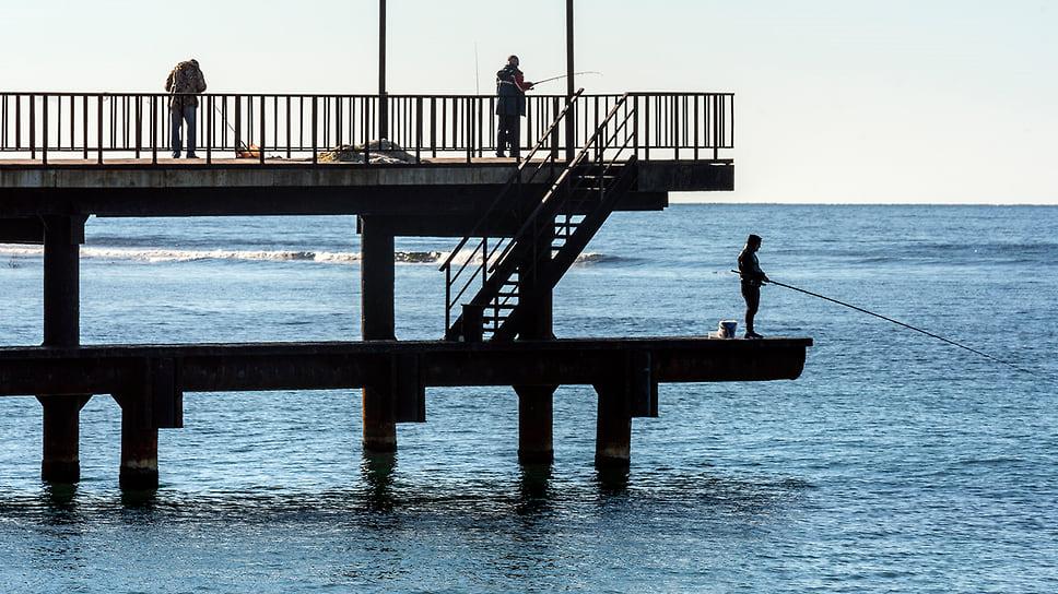 Рыболовы на пирсе, поселок Джанхот. Берег Черного моря. Ноябрь 2018 года