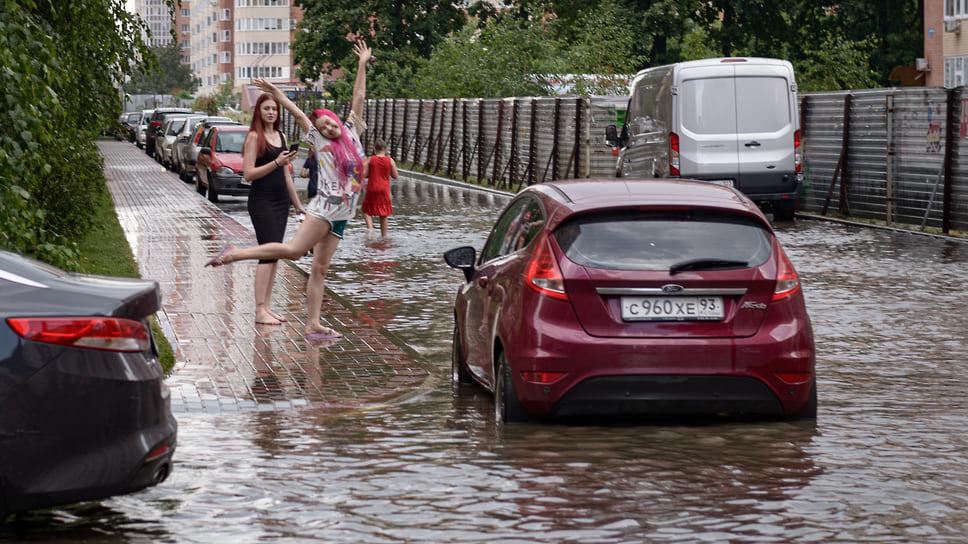 Год назад. Подростки на затопленной улице. Июль 2020 года