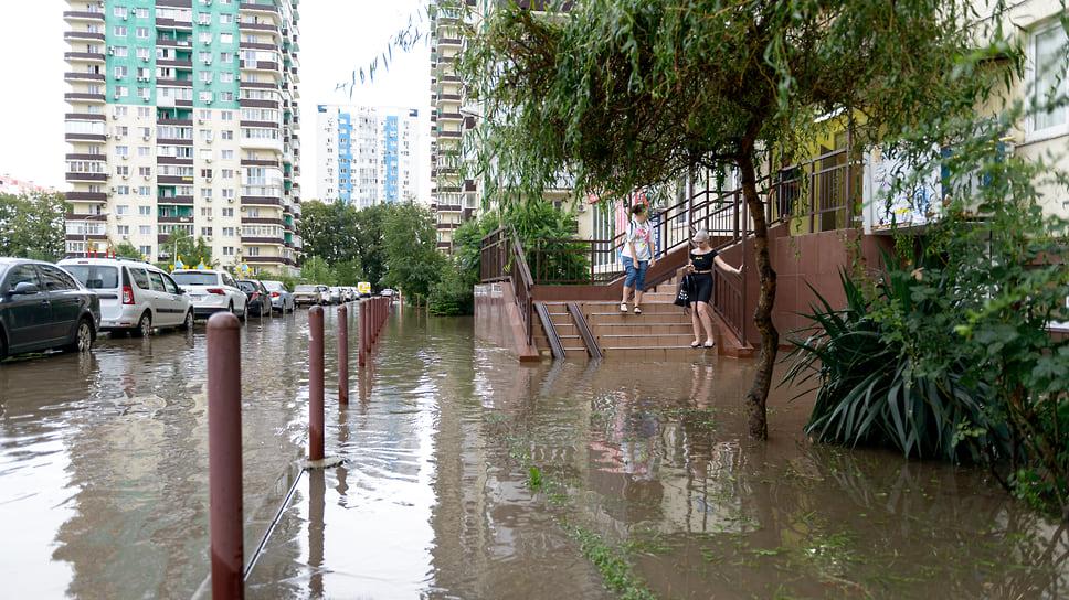 Высокий уровень воды у подъезда жилого дома. Август 2021 года