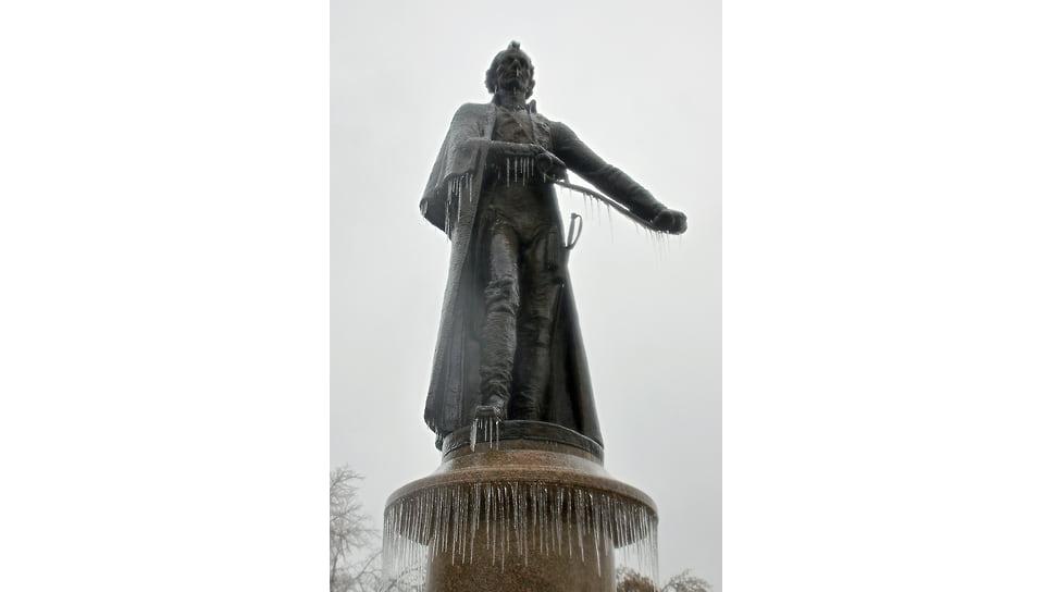 Памятник Александру Суворову в Мариинском сквере Краснодара после ледяного дождя. Январь 2014 года
