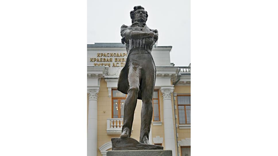 Обледеневший памятник Пушкину у здания одноименной библиотеки в Краснодаре. Январь 2014 года
