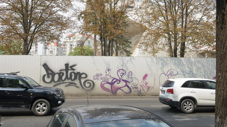 Стены ограждения территории реконстукции «Авроры»