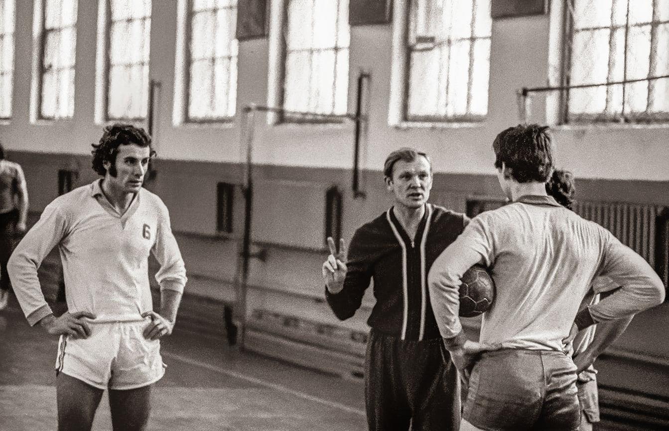 СДСО «Буревестник». Тренировка гандбольной команды «Университет» Кубанского госуниверситета. Главный тренер Геннадий Барышев (в центре) и будущий Олимпийский чемпион Валерий Гассий (слева). Осень 1974