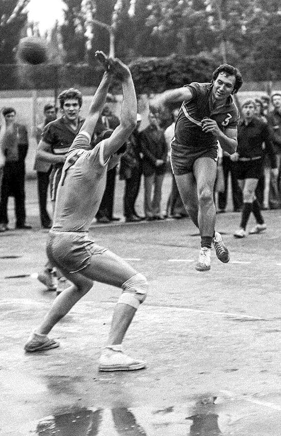Гандбольное поле стадиона «Кубань», май 1975 года. В атаке мастер спорта международного класса Владимир Морозов, капитан команды «Буревестник»
