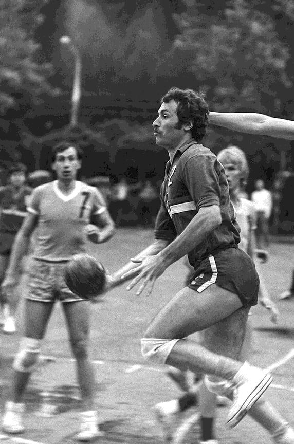 Чемпионат СССР по гандболу. Май 1975 года. В атаке Геннадий Кислянский, «Буревестник» (Краснодар)