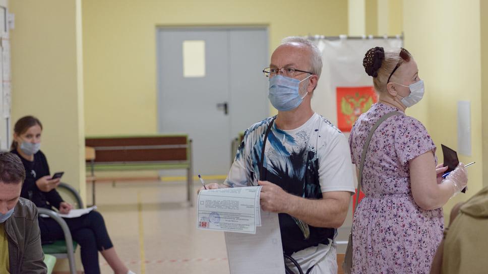 Избиратель получил бюллетени. Школа №104 (ул. Героя Аверкиева, 32). 17 сентября