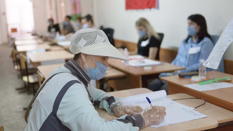 Избиратель ставит подпись при получении бюллетеней. Школа №89  (ЮМР, ул. им.70-летия Октября, 30). 18 сентября