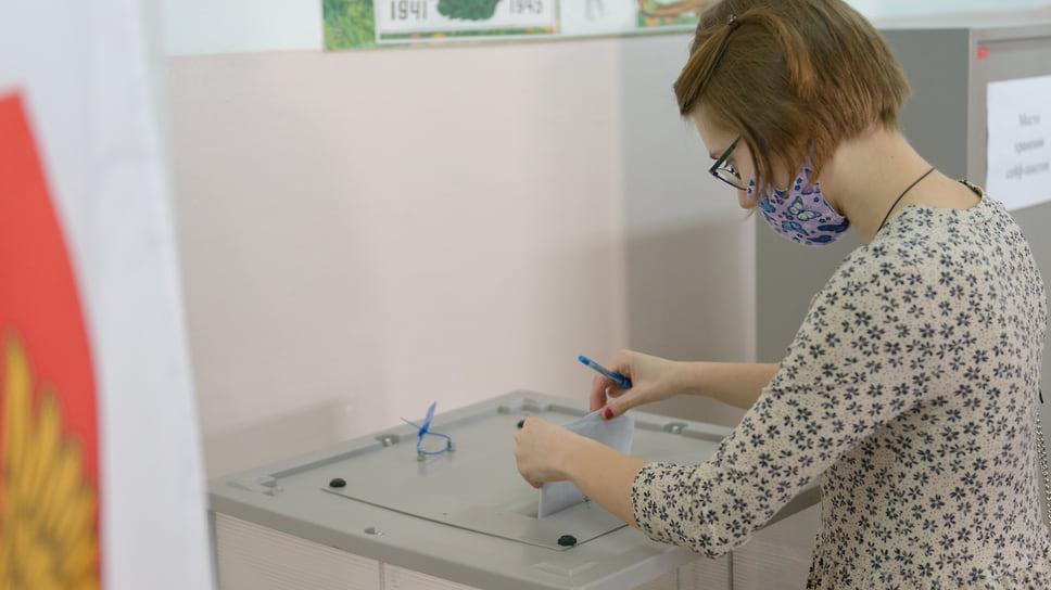 Бюллетени опускаются в урну для голосования. Школа №89  (ЮМР, ул. им.70-летия Октября, 30). 18 сентября