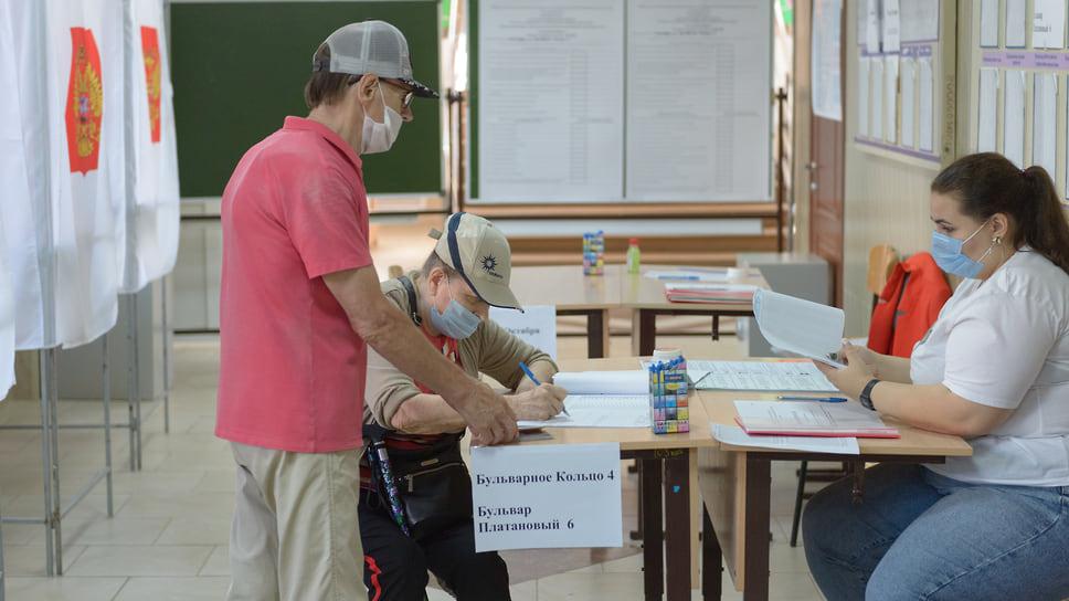 Голосует в основном старшее поколение. Гимназия №87 (ул. Бульварное Кольцо, д. 9). 18 сентября