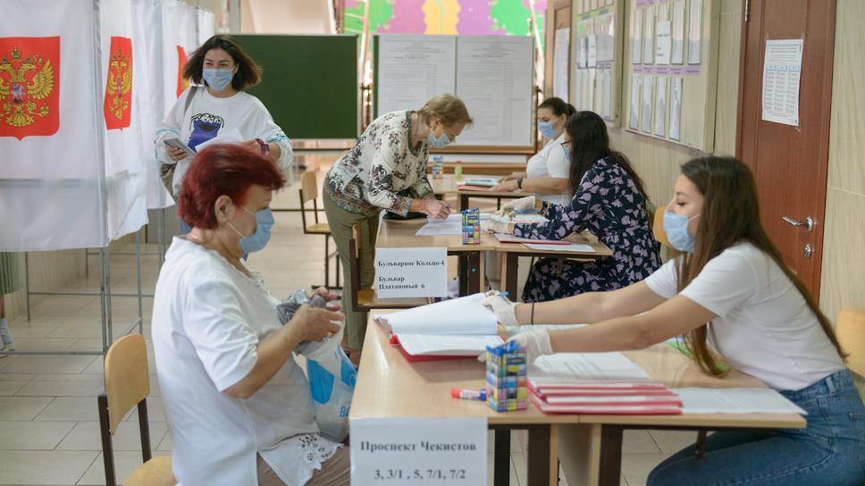Избиратель расписывается за полученные бюллетени. Гимназия №87 (ул. Бульварное Кольцо, д. 9). 18 сентября