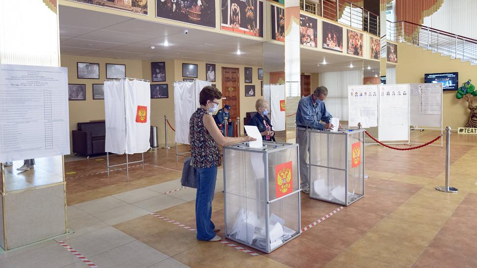 Прозрачные урны накапливают голоса избирателей. Театр кукол (ул. Красная, 31). 19 сентября