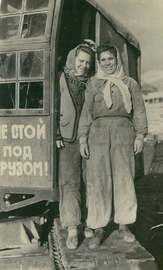 1949. Крановщицы Восточного района. В. Иванова (слева), И. Иорданова